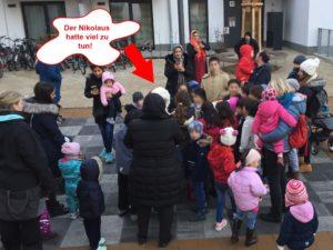Der Nikolaus beschenkt die Kinder